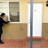 De puerta en puerta para crear confianza en las vacunas contra covid en la Pequeña Habana