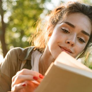 A small quantity of caffeine can improve text reading skills in adults