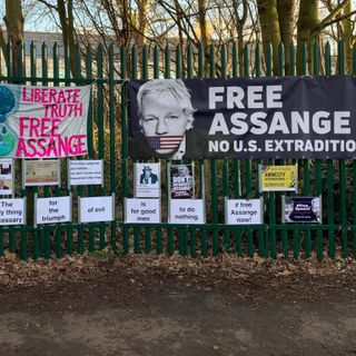 Judge Keeps Assange In Glass Box For Extradition Proceedings
